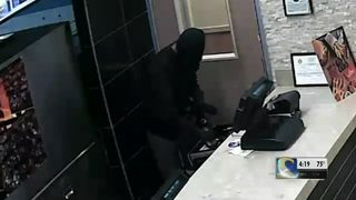 Armed robber hits 2 fast-food restaurants in 1 night