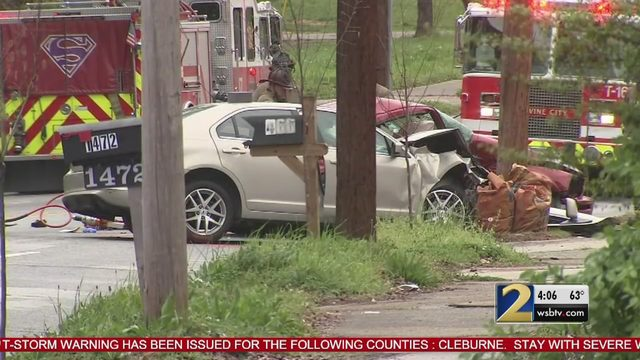 2 killed, 1 critically injured in crash in southwest Atlanta