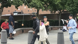 Anti-ICE protesters taunt officerswith doughnut outside Atlanta jail