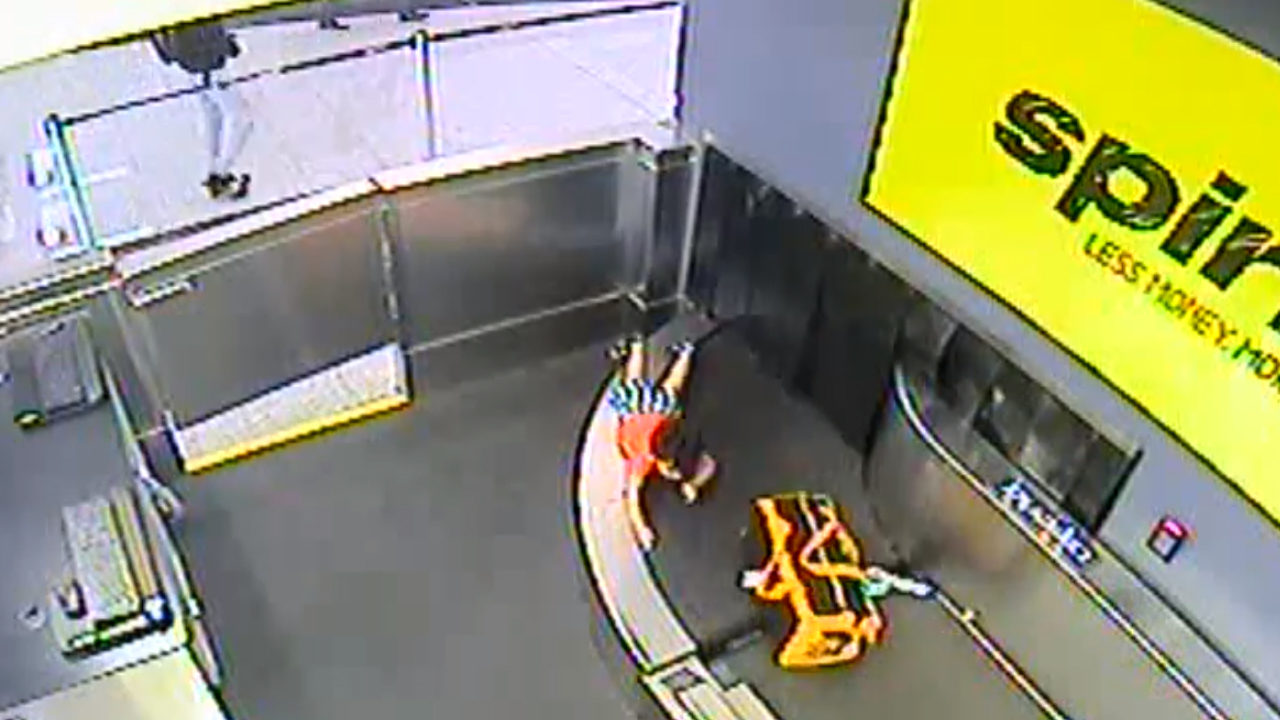 CHILD LUGGAGE BELT ATLANTA AIRPORT: Video shows moments